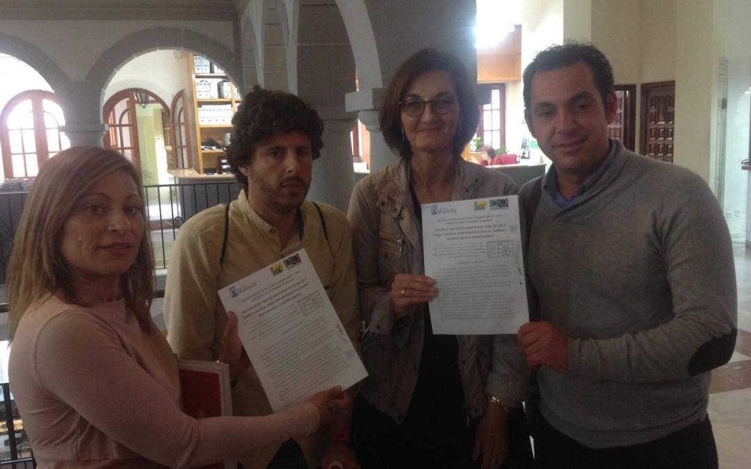 PODEMOS e IU reclaman a la Junta de Andalucía que invierta el 5% de su PIB en educación.